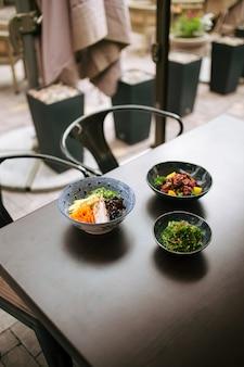 Table sombre servie avec des plats japonais de style asiatique