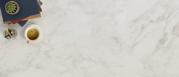 Table supérieure en marbre avec pile de livres café cactus avec fond de marbre espace copie