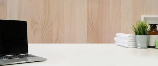 Table supérieure spa loft avec espace pour ordinateur portable et copie