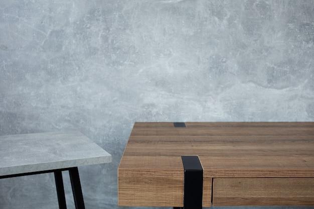 Table et tabouret en bois avec surface de texture de fond de mur gris