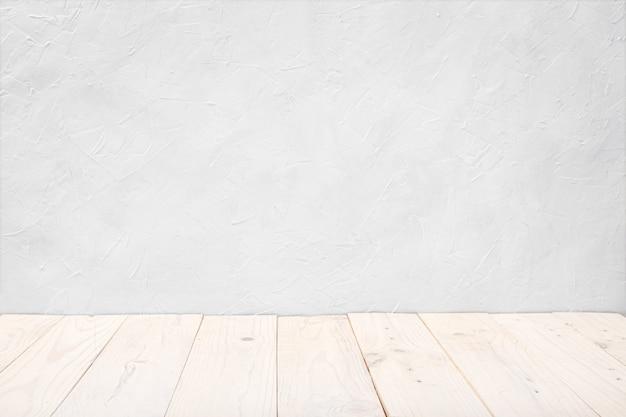Table de terrasse en bois blanc vide sur mur texturé blanc