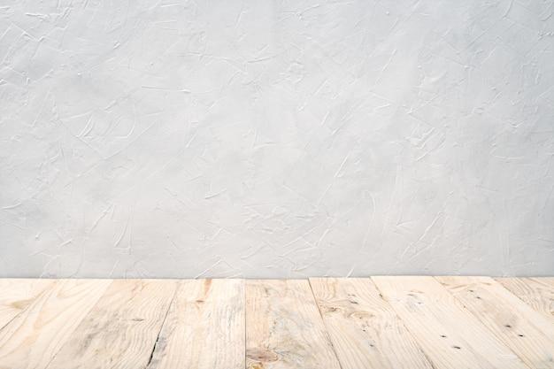 Table de terrasse en bois vide sur mur texturé blanc