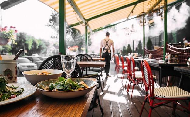 Table de terrasse de café d'été servie avec des plats