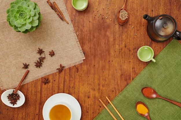 Table avec thé et épices
