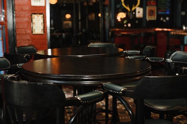 Table tonneau vintage avec deux chaises hautes vintage