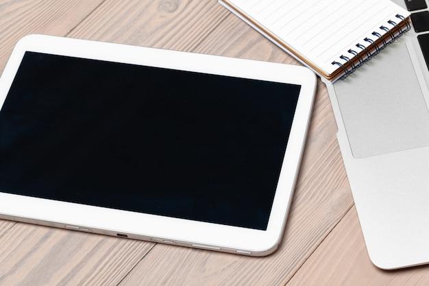 Table de travail de bureau avec un ordinateur portable se bouchent
