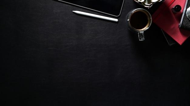 Table de travail en cuir foncé avec vue de dessus avec fournitures créatives et espace de copie