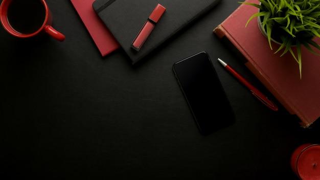 Table de travail élégante féminine avec espace de copie, smartphone, tasse à café, livres de calendrier, cosmétiques et décorations