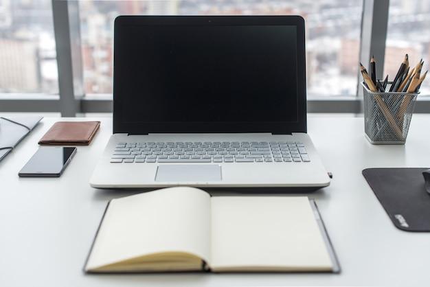 Table de travail, lieu de travail avec ordinateur portable portable bouchent.