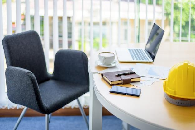 Table de travail en milieu de travail avec ordinateur portable