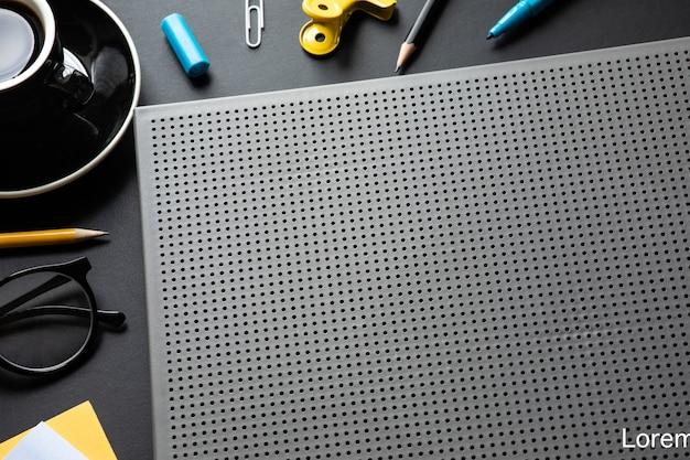 Table de travail moderne en arrière-plan de couleur noire.espace de créativité