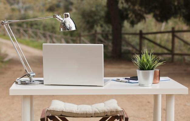 Table de travail nomade numérique sur le terrain