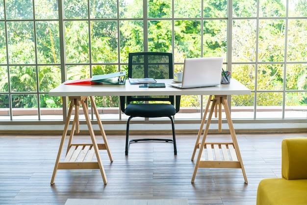 Table de travail avec ordinateur portable et gadget à la maison espace de travail