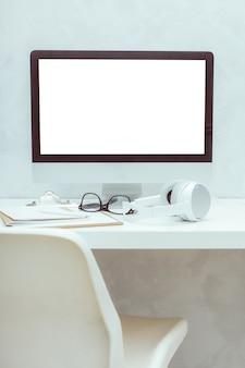 Table de travail avec ordinateur