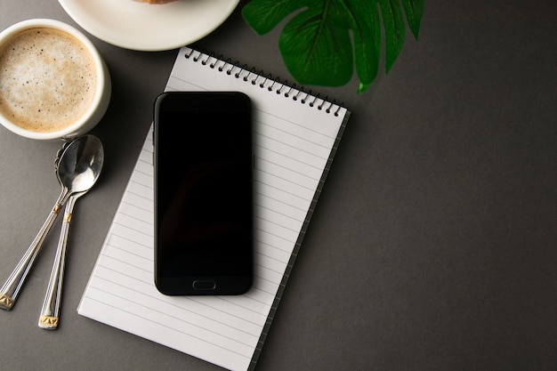 Table de travail avec téléphone intelligent, tasse de café. style minimaliste.