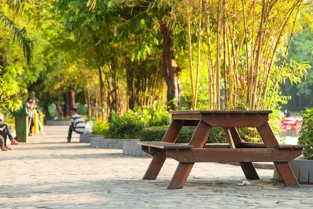 Table sur le trottoir.