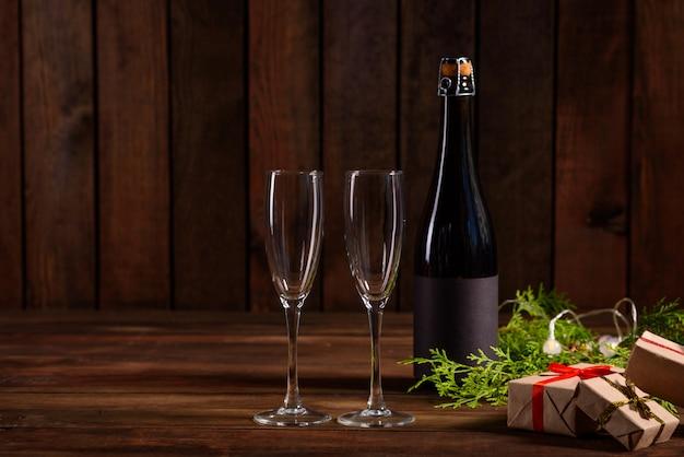 Table de vacances de noël avec des lunettes et une bouteille