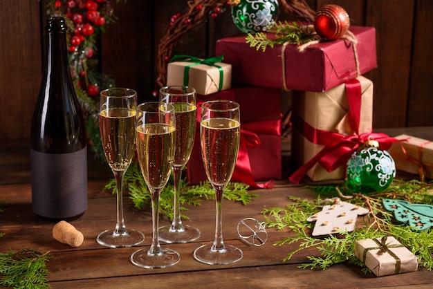 Table de vacances de noël avec des verres et une bouteille de vin de champagne