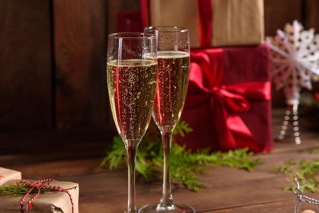 Table de vacances de noël avec des verres et une bouteille de vin