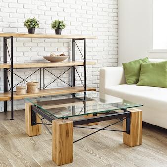 Table en verre moderne à l'intérieur du loft