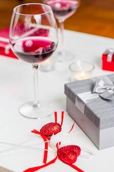 Table avec verre de vin et cadeaux