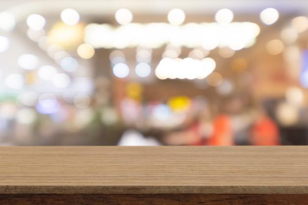 Table vide en bois blanc perspective sur fond flou, peut être utilisé maquette