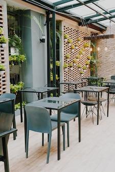 Table vide et chaise au café-restaurant