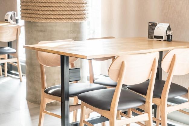 Table vide et chaise au restaurant