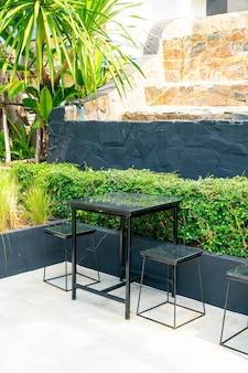 Table vide et chaise dans un café café et restaurant
