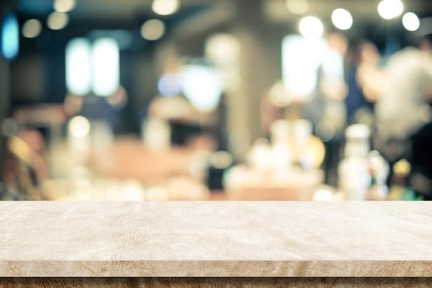 Table vide en ciment brun sur fond de café flou, montage de produits et de présentoirs