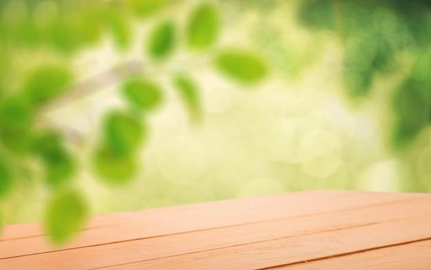Table vide dans le jardin