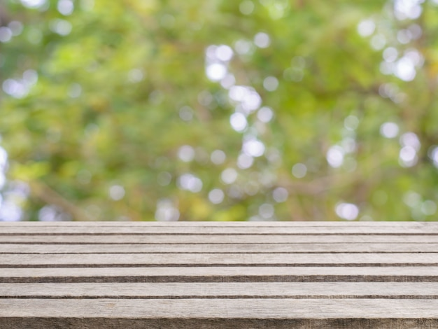 Table vide de planche de bois en face de l'arrière-plan flou