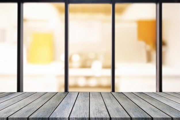 Table vide de planche de bois perspective sur le dessus sur fond flou.