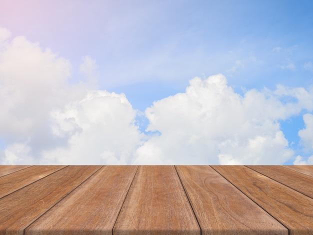 Table vide de planche de bois vintage devant le fond de ciel