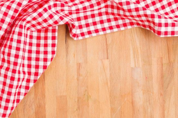 Table vide et serviette rouge