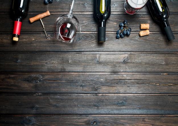 Table à vin. vin rouge avec des raisins. sur une table en bois.