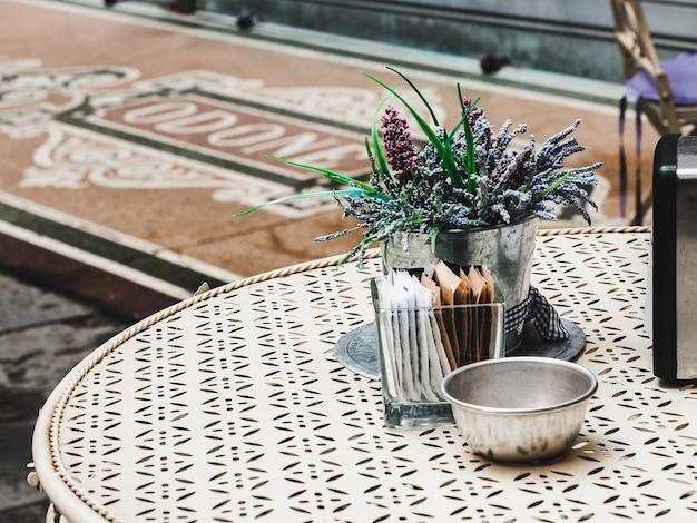 Table vintage, bouquet de fleurs. préparer l'événement