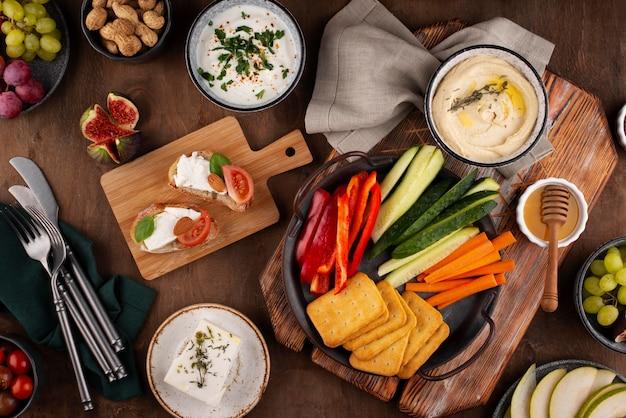 Table vue de dessus pleine d'un assortiment de plats délicieux