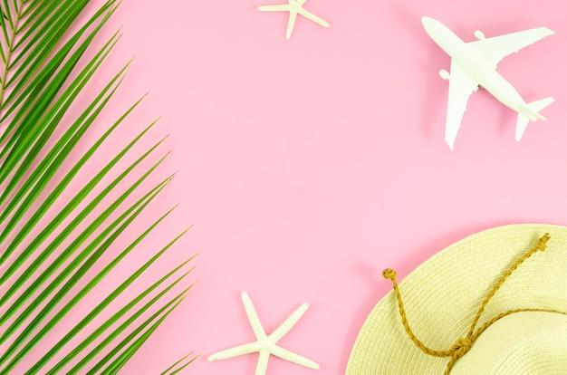 Table vue de dessus rose avec concept de voyage. voyage d'été