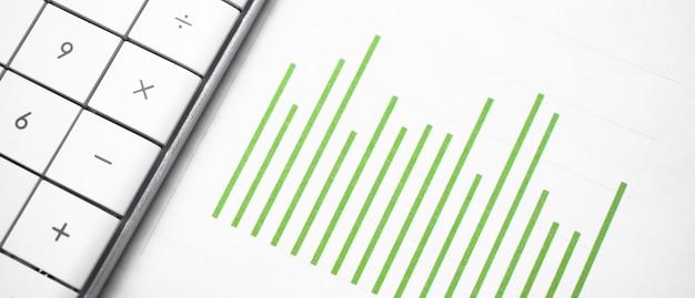Tableau d'affaires vert et une calculatrice