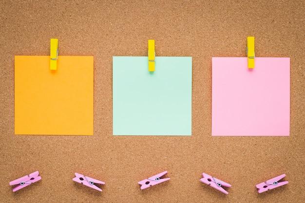 Tableau d'affichage avec des autocollants en papier multicolore, copyspace.