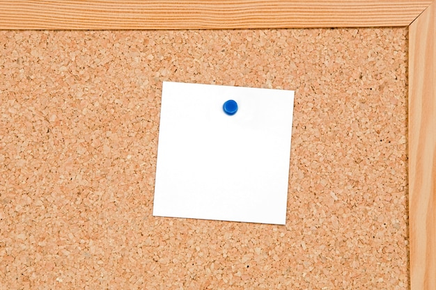 Tableau d'affichage du liège avec un papier en blanc