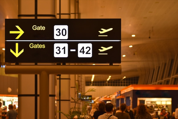 Tableau d'affichage numérique avec les panneaux de la passerelle de l'aéroport