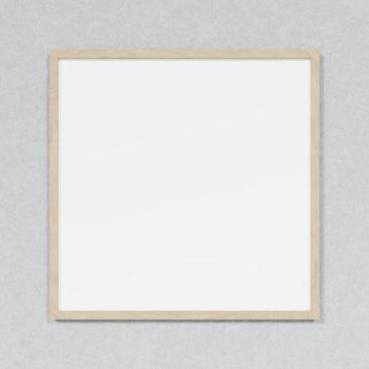 Tableau blanc avec cadre en bois sur fond de béton loft