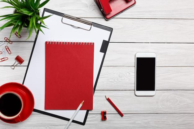 Tableau blanc conseils dossier bloc-notes rouge tasse matin café horloge bureau trombone bureau