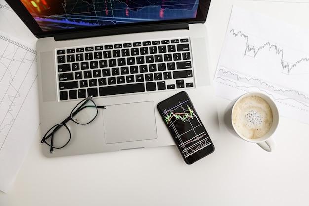 Tableau blanc de croissance de l'indice de téléphone café verres de table