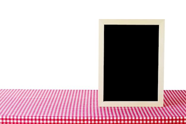 Tableau blanc debout sur une nappe rouge et blanche isolé sur fond blanc, espace pour le texte, maquette, montage de l'affichage du produit