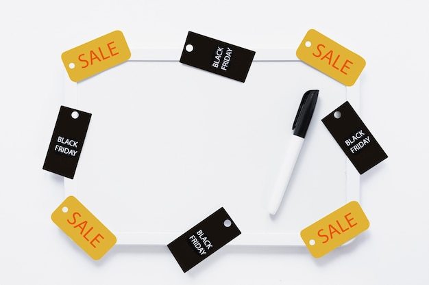 Tableau blanc avec étiquettes et marqueur de vendredi noirs