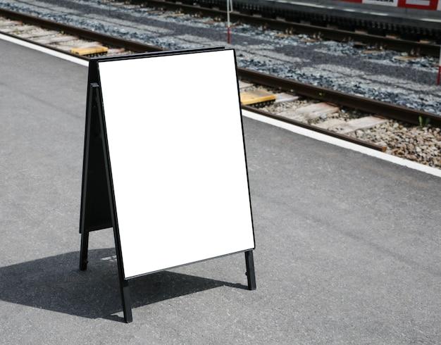 Tableau blanc extérieur blanc à une publicité de magasin de trottoir