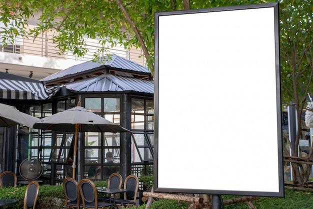 Tableau blanc extérieur vierge dans un restaurant de trottoir.